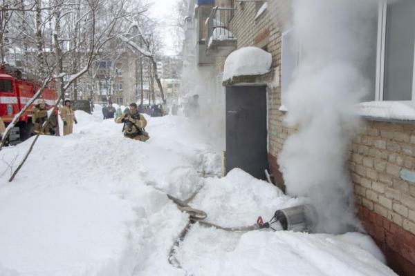 Вечером 20 февраля горел мусор в подвале дома на улице Ломоносова в Каменске-Уральском. Опять пришлось эвакуировать жильцов...