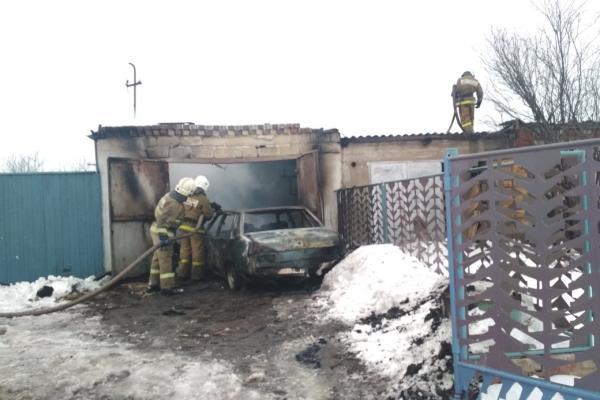 Под Каменском-Уральским 16 января горел гараж с автомобилем и баня...