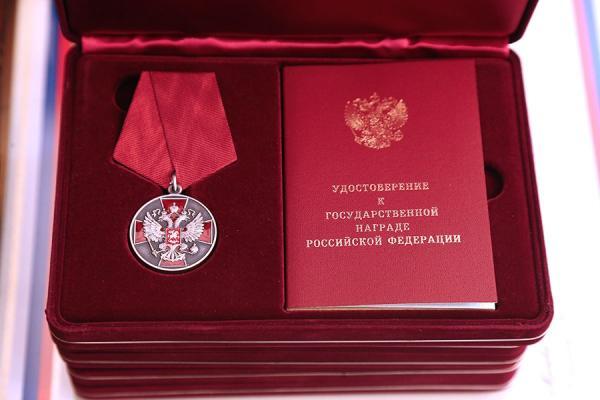 Сразу три работника Каменск-Уральского металлургического завода получили правительственные награды из рук губернатора...