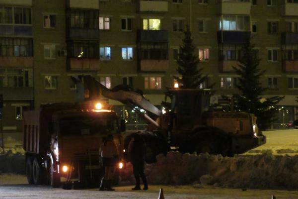 Вывоз снега в Каменске-Уральском идет и днем, и ночью...