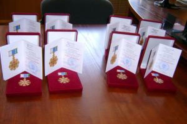 Губернатор наградил еще семь пар из Каменска-Уральского знаком отличия...