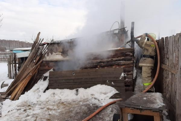 22 февраля под Каменском-Уральским горел дом. Фото...