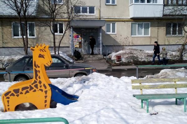 Сегодня на крылечке одного из домов в Каменске-Уральском обнаружили труп неизвестного мужчины...