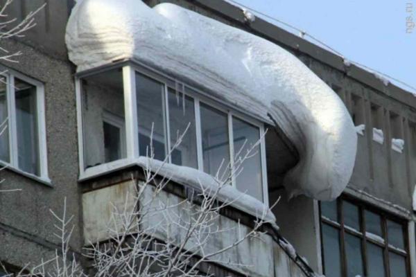 Жителям Каменска-Уральского напомнили, что они сами должны убирать снег и сосульки с козырьков балконов...