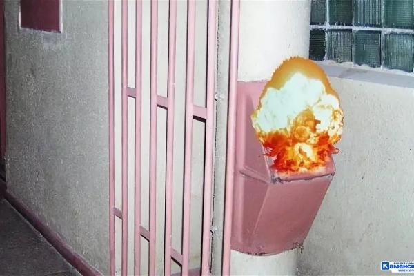 18 июля в Каменске-Уральском загорелся мусоросборник в 9-этажке...