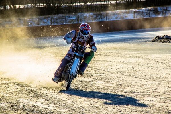 На стадионе «Металлург» в Каменске-Уральском состоялась первая тренировка мотогонщиков...