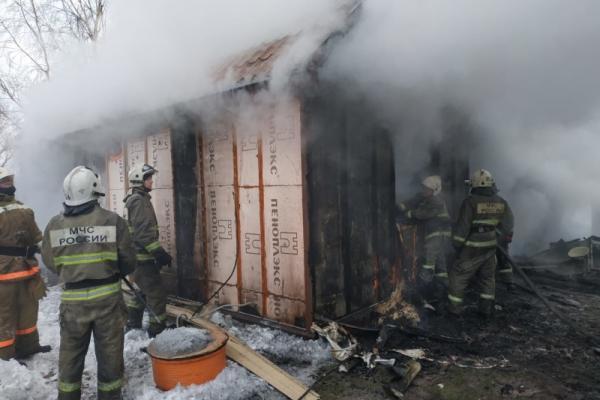 21 января днем под Каменском-Уральским почти два десятка человек тушили частный дом. Хозяина посчитали погибшим.  Фотоподробности случившегося...