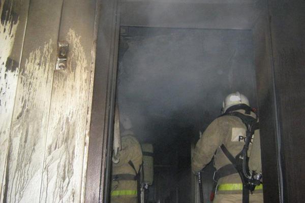 Трех человек сегодня утром пришлось эвакуировать во время пожара на улице Озерная Каменска-Уральского...
