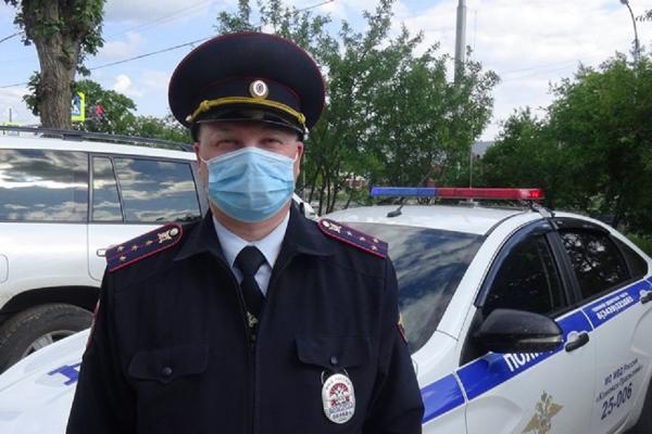 Полицейский из Каменска-Уральского помог ребёнку, запертому в автомобиле...