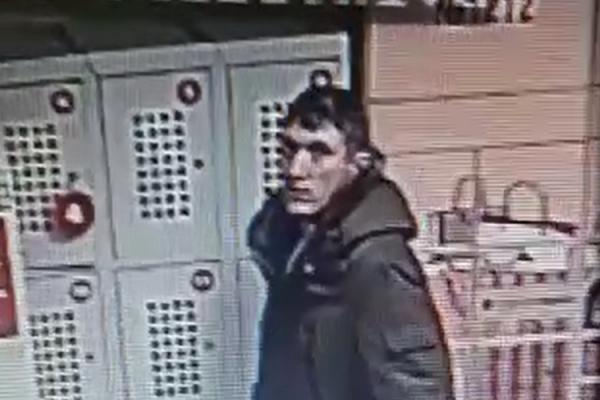В Каменске-Уральском ищут вора, укравшего пакет из шкафчика в магазине...
