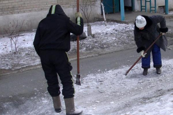 Дворники Каменска-Уральского приступили к зимней уборке придомовых территорий на...