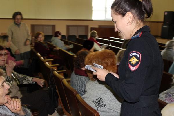 Урок правовой грамотности для пенсионеров провели полицейские в Каменске-Уральском...