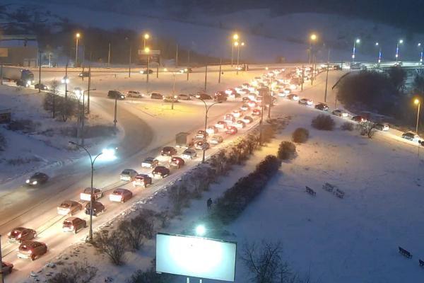 Из-за снегопада жители Каменска-Уральского встали в пробках...