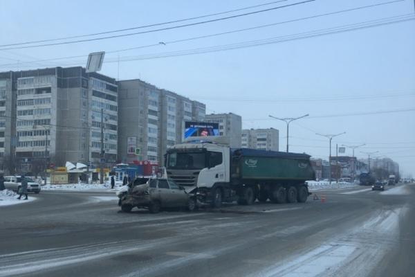 ВАЗ влетел под большегруз. Страшное ДТП в Каменске-Уральском. ВИДЕО...