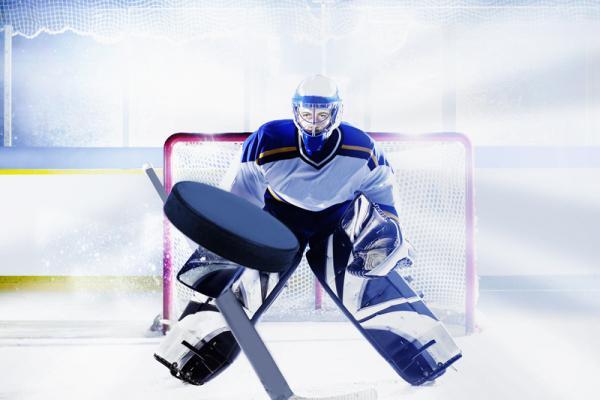 В чемпионатах Каменска-Уральского по хоккею лидеры остаются прежними...