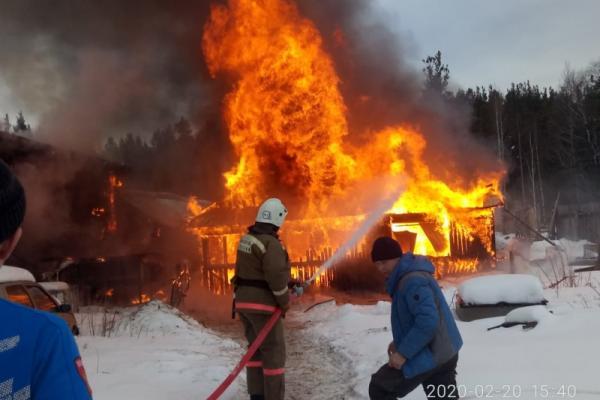 Накануне под Каменском-Уральским горела баня, которую еще не достроили. Фото...