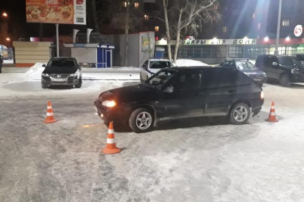 """На парковке у """"Каменск Сити Молл"""" водитель ВАЗа сбил женщину..."""
