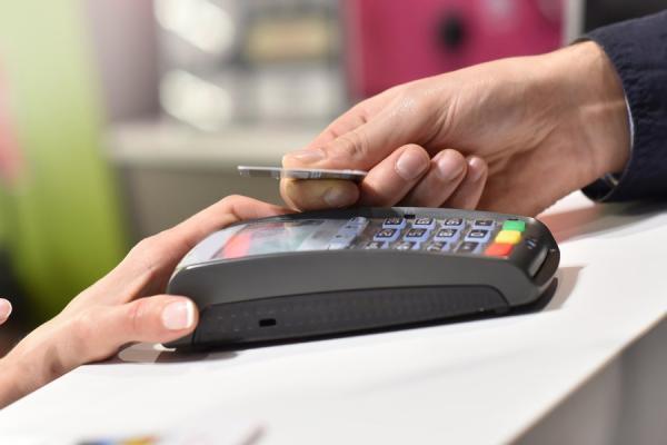 Житель Каменска-Уральского лишился своей банковской карты, излишне доверившись своему собутыльнику...