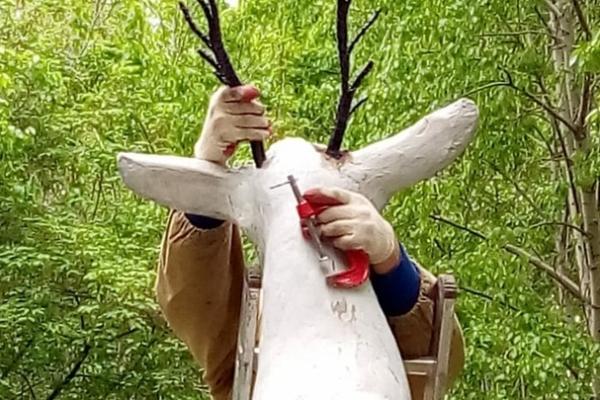 Скульптура оленя на улице Алюминиевая в Каменске-Уральском обзавелась новыми рогами...