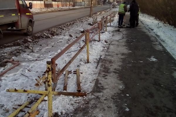 В Каменске-Уральском начали восстанавливать ограду у перехода на Мичурина...
