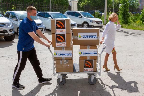 Трубный завод передал медикам Каменска-Уральского партию защитных комбинезонов...