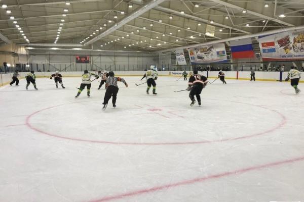 Хоккейная «Синара» одержала крупную победу в первенстве области, но осталась на третьем месте...