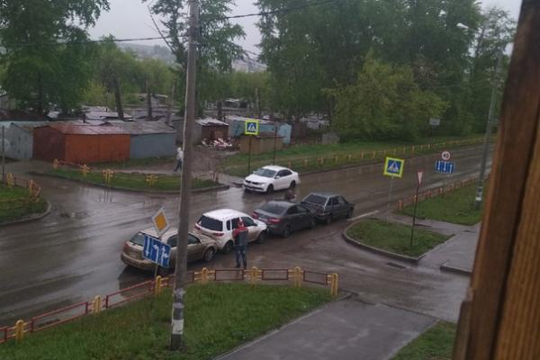 В Каменске-Уральском «паровозиком» в ДТП на улице Кирова сегодня собрались сразу четыре автомобиля...