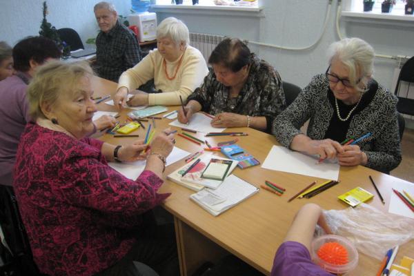 Арт-терапию для людей в почтенном возрасте проводит в Каменске-Уральском местная общественная организация...