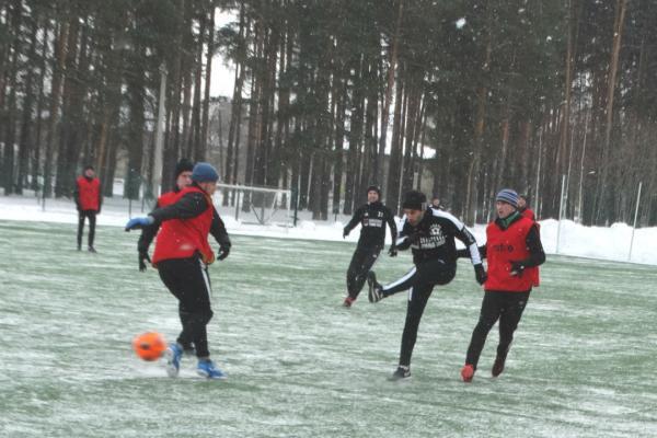Футбольная «Синара» из Каменска-Уральского крупно выиграла в зимнем первенстве области и вышла на первое место...