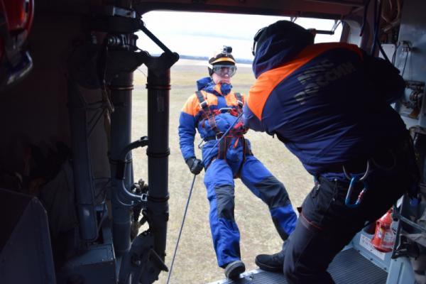 Под Каменском-Уральским спасатели учатся без парашютов десантироваться с вертолета...