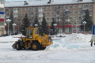 Вывоз глыб льда с центральной площади